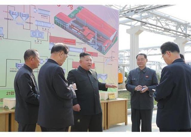 Những hình ảnh đầu tiên của ông Kim Jong-un sau 20 ngày vắng bóng - 2