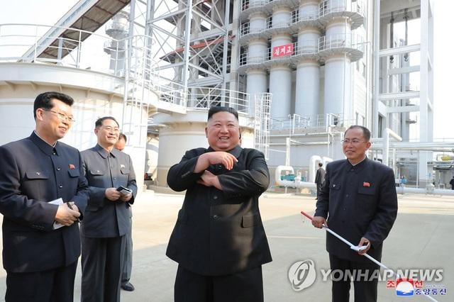 Những hình ảnh đầu tiên của ông Kim Jong-un sau 20 ngày vắng bóng - 4