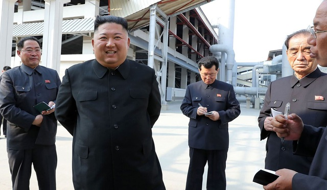Những hình ảnh đầu tiên của ông Kim Jong-un sau 20 ngày vắng bóng - 3