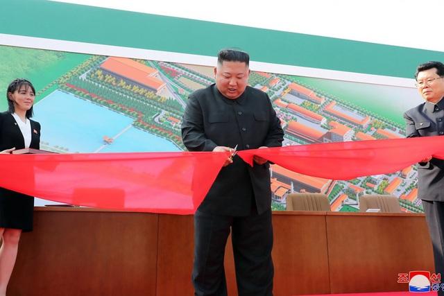 Những hình ảnh đầu tiên của ông Kim Jong-un sau 20 ngày vắng bóng - 1