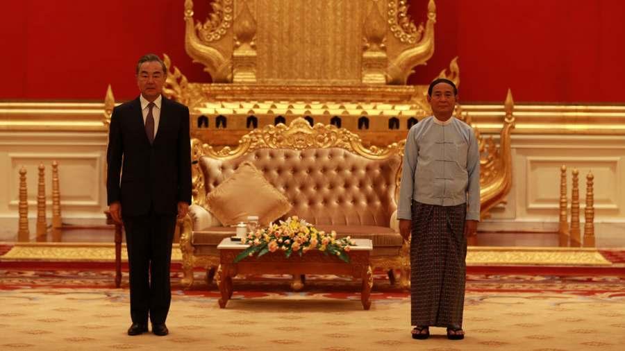 Ngoại trưởng Trung Quốc Vương Nghị (trái) trong cuộc gặp Tổng thống Myanmar U Win Myint ở thủ đô Nay Pyi Taw hôm 11/1. Ảnh: Bộ Ngoại giao Trung Quốc.