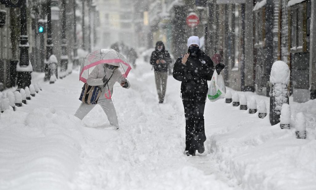 Tuyết phủ kín thủ đô Madrid, Tây Ban Nha, hôm 9/1. Ảnh: AFP.