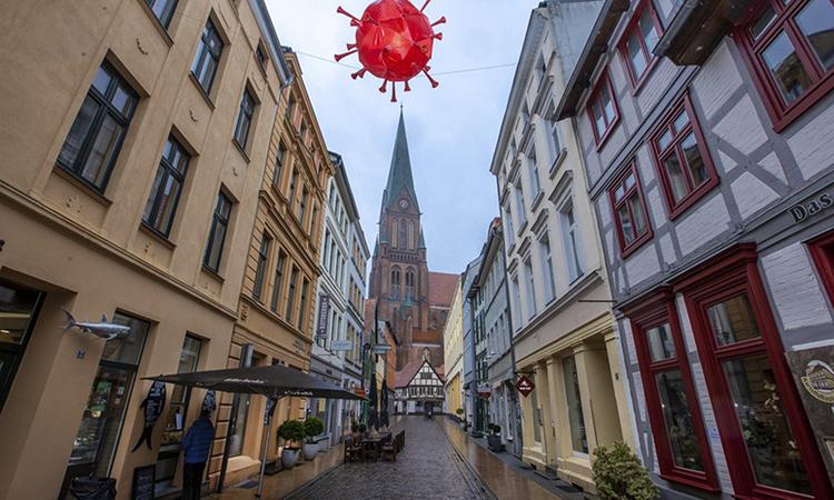 Một con phố vắng bóng người vì lệnh phong tỏa ở Schwerin, Đức hôm 5/1. Ảnh: AP.