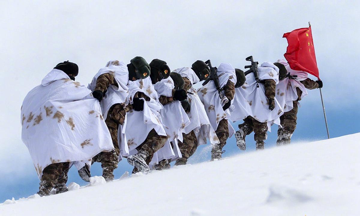 Lính biên phòng Trung Quốc tuần tra tại tỉnh Ali thuộc Tây Tạng hồi tháng 3/2020. Ảnh: PLA Daily.