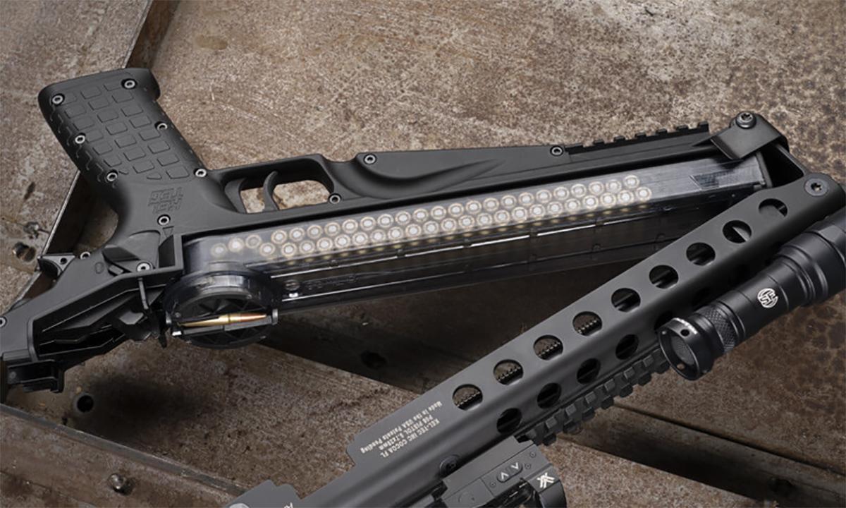 Hai cụm thân súng P50 được gắn với nhau bằng bản lề phía đầu, bên trong là hộp tiếp đạn giống tiểu liên P90. Ảnh: Kel-Tec.