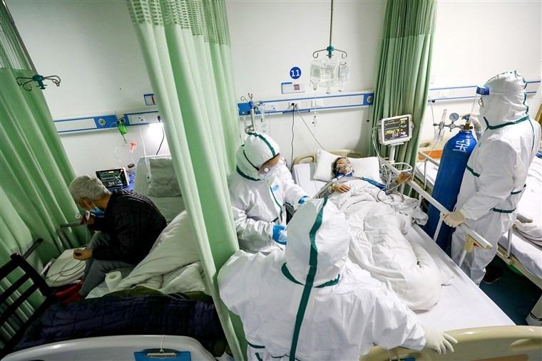 Bệnh nhân Covid-19 điều trị trong khu cách ly tại một bệnh viện ở Vũ Hán, Trung Quốc, hồi tháng 2/2020. Ảnh: Reuters
