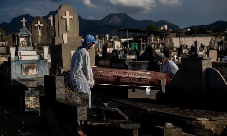 Nhân viên nghĩa trang chôn cất người chết vì Covid-19 tại Rio de Janeiro, Brazil hôm 18/6. Ảnh: AP.