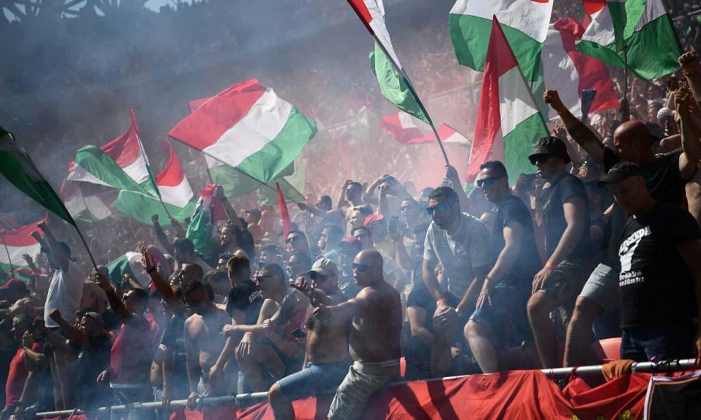 Các cổ động viên trên khán đài sân vận động Puskas Arena ở Budapest hôm 19/6, trong trận đấu giữa chủ nhà Hungary và Pháp. Ảnh: AFP.