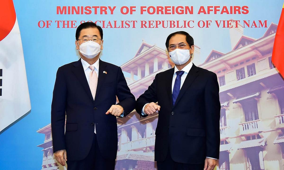 Ngoại trưởng Chung Eui-yong (trái) và Bộ trưởng Bùi Thanh Sơn trong cuộc gặp ngày 23/6. Ảnh: Báo Quốc tế.