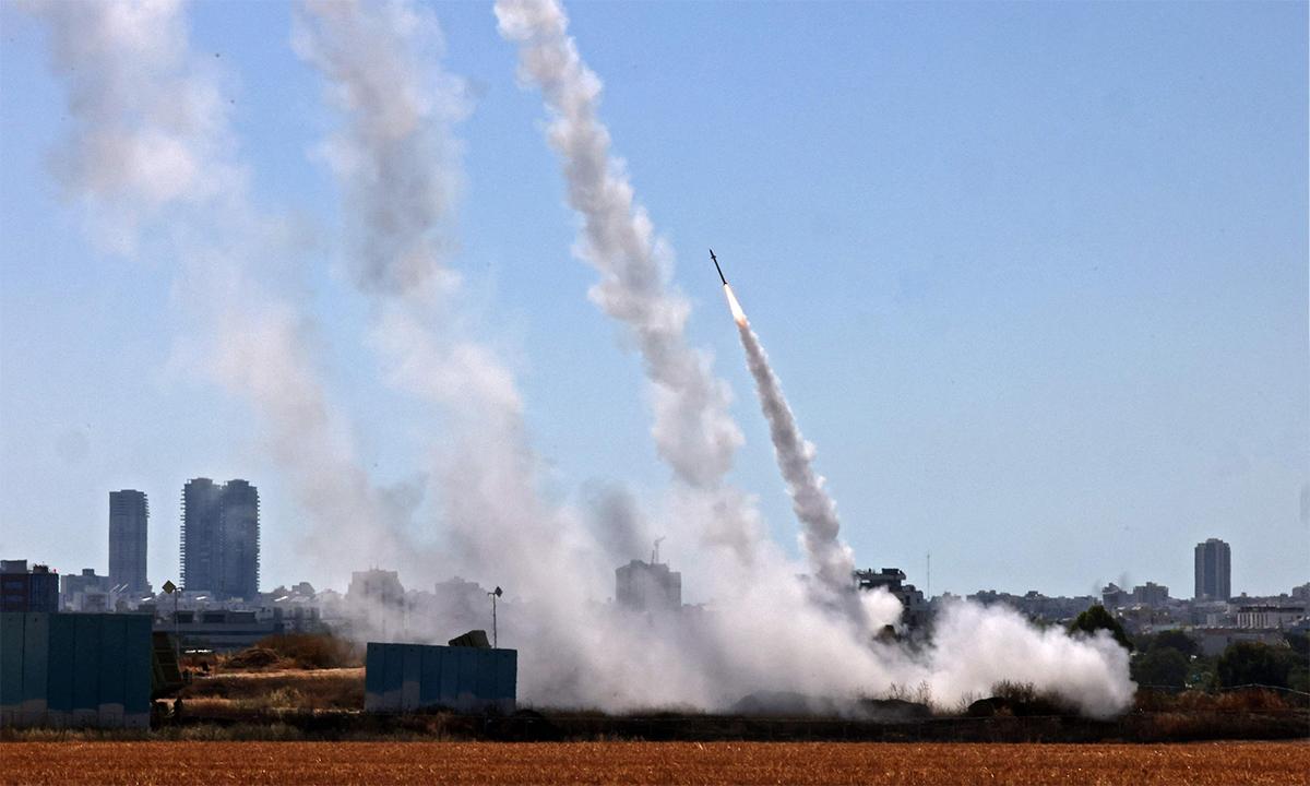 Tổ hợp phòng không Vòm Sắt của Israel khai hỏa chặn rocket Hamas phóng từ dải Gaza ngày 12/5. Ảnh: AFP.