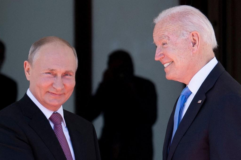 Tổng thống Putin (trái) và Tổng thống Biden tại Thụy Sĩ ngày 16/6. Ảnh: AFP.