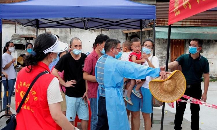 Người dân xếp hàng chờ xét nghiệm COvid-19 tại thành phố Đông Hoản, tỉnh Quảng Đông, Trung Quốc, hôm 21/6. Ảnh: Reuters.