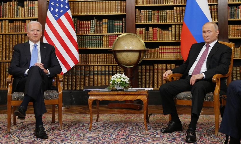 Tổng thống Mỹ Joe Biden (trái) và Tổng thống Nga Vladimir Putin tại hội nghị thượng đỉnh ở Geneva, Thụy Sĩ hôm 16/6. Ảnh: AFP.