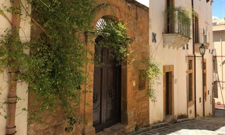 Một góc phố ở thị trấn Sambuca di Sicilia, tỉnh Agrigento, ở vùng Sicilia, Italy. Ảnh: CNN.