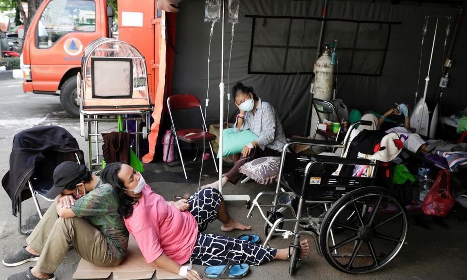 Bệnh nhân Covid-19 nằm la liệt ở khu lều dựng tạm bên ngoài khu cấp cứu bệnh viện tại Bekasi, ngoại ô Jakarta hôm 25/6. Ảnh: Reuters.