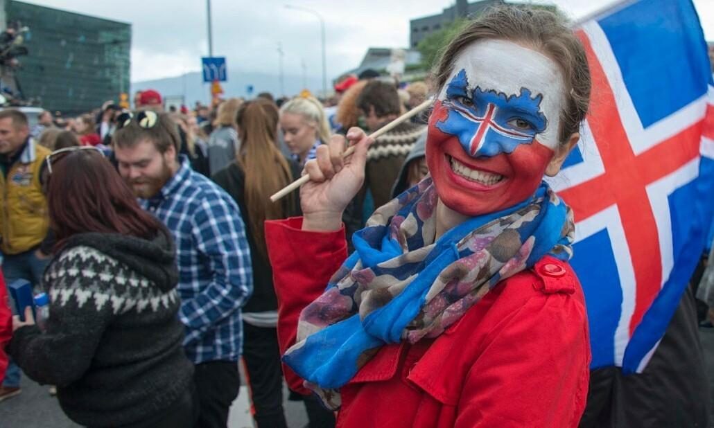 Người dân Iceland cổ vũ đội tuyển quốc gia thi đấu tại Euro 2016. Ảnh: AFP.