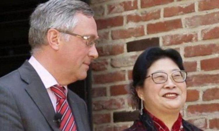 Vợ chồng đại sứ Peter Lescouhier trong một cuộc phỏng vấn năm 2019. Ảnh: Arirang.