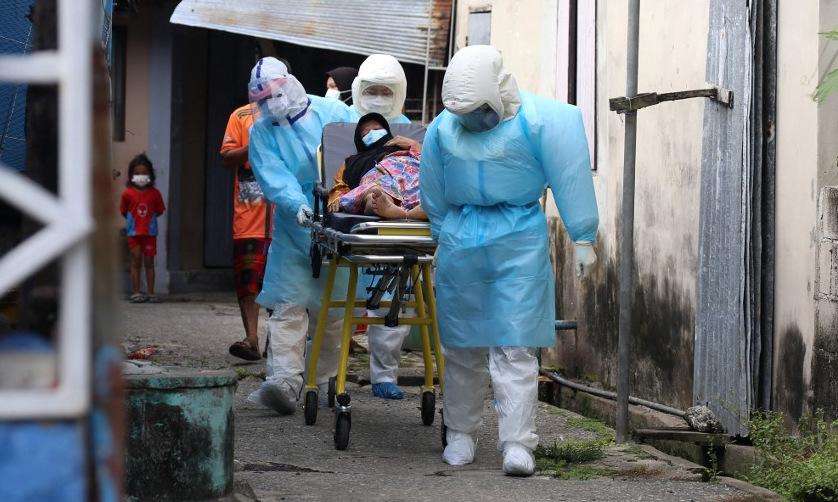 Người nghi nhiễm nCoV được đưa tới bệnh viện ở tỉnh Pattani của Thái Lan hôm 19/7. Ảnh: AFP.
