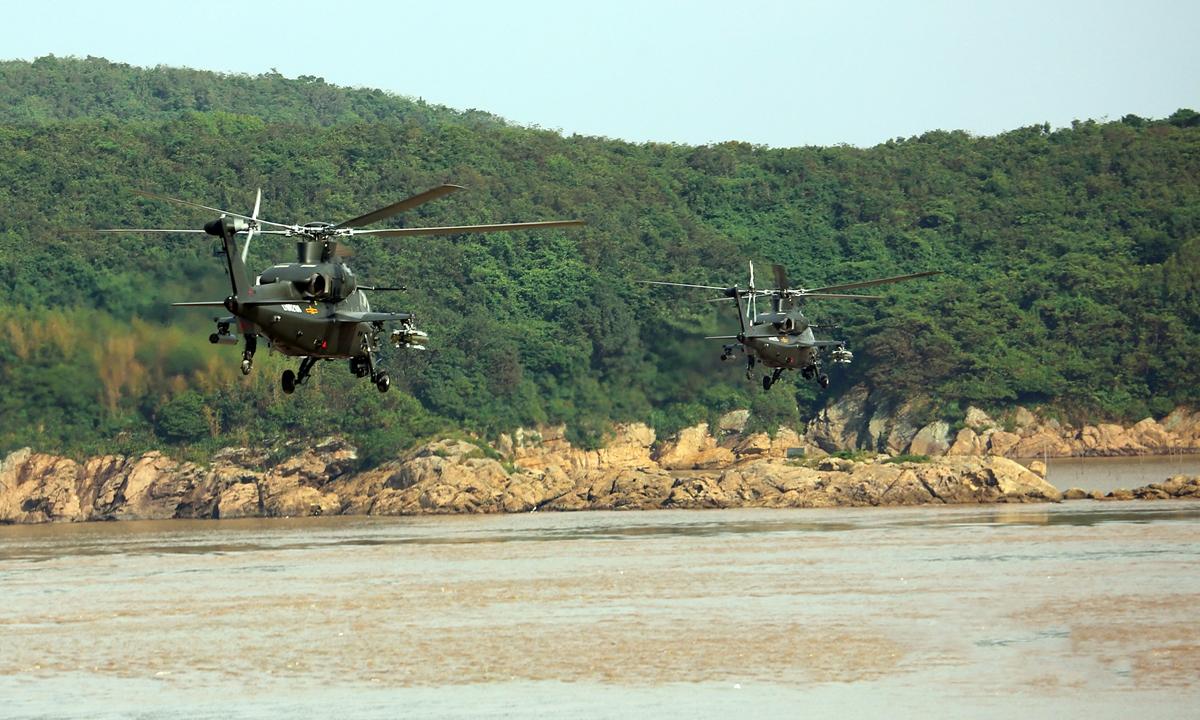 Hai trực thăng thuộc Bộ Tư lệnh Chiến khu phía Đông của Trung Quốc diễn tập bay thấp ven biển ngày 9/6. Ảnh: PLA.