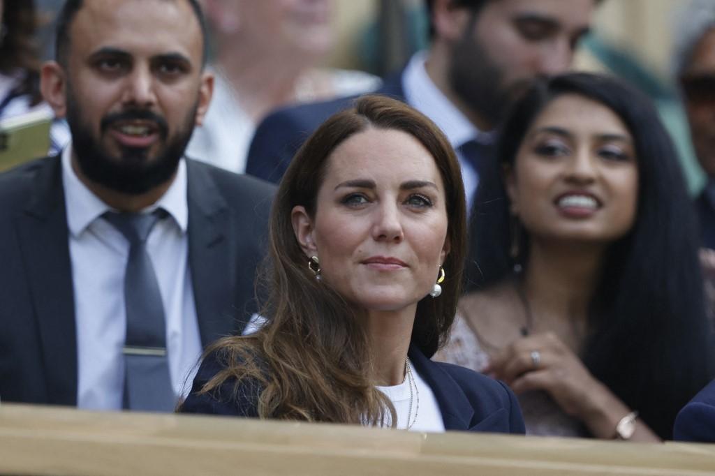 Nữ công tước xứ Cambridge ngồi trên khán đài dành cho hoàng gia Anh xem trận thi đấu trong giải vô địch quần vợt Wimbledon tại London ngày 2/7. Ảnh: AFP.