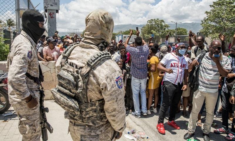 Đám đông tập trung trước đại sứ quán Mỹ ở Haiti hôm 10/7 để xin tị nạn, sau khi Tổng thống Moise bị ám sát. Ảnh: AFP.