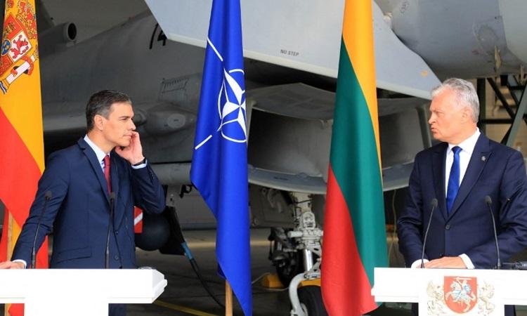 Thủ tướng Tây Ban Nha Pedro Sanchez (trái) và Tổng thống Litva Gitanas Nauseda họp báo tại căn cứ không quân Siauliai, Litva hôm nay. Ảnh: AFP.