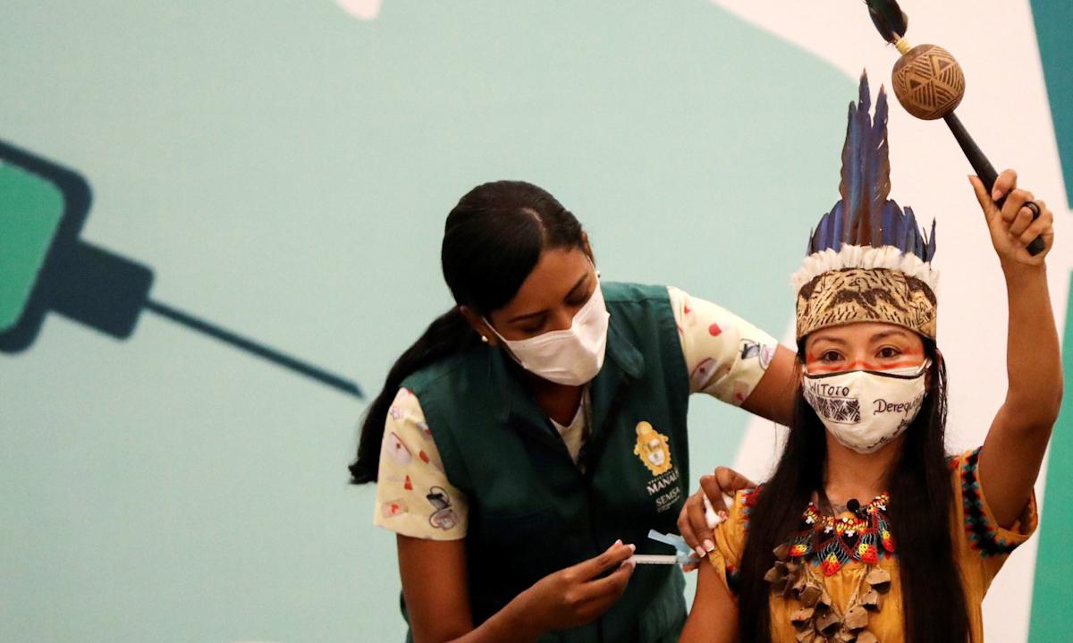 Một cư dân của tộc người Witoto tiêm vaccine Covid-19 tại thành phố Manaus, Brazi hồi tháng 1. Ảnh: Reuters.