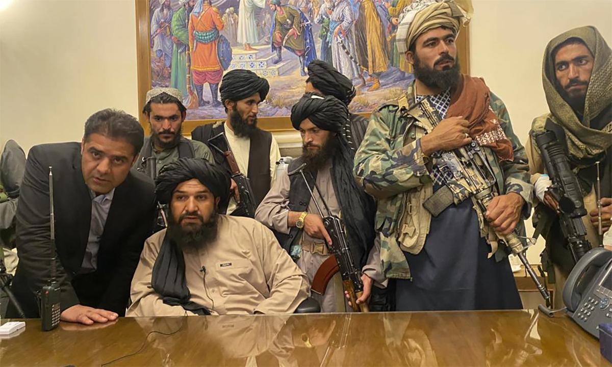 Các tay súng Taliban ngồi trong dinh tổng thống Afghanistan tại thủ đô Kabul ngày 15/8. Ảnh: AP.