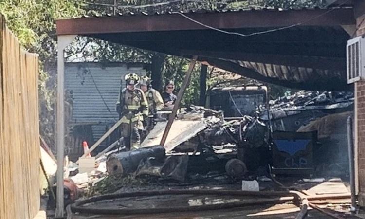 Hiện trường vụ rơi máy bay quân sự Mỹ tại Lake Worth, Texas. Ảnh: NBC.